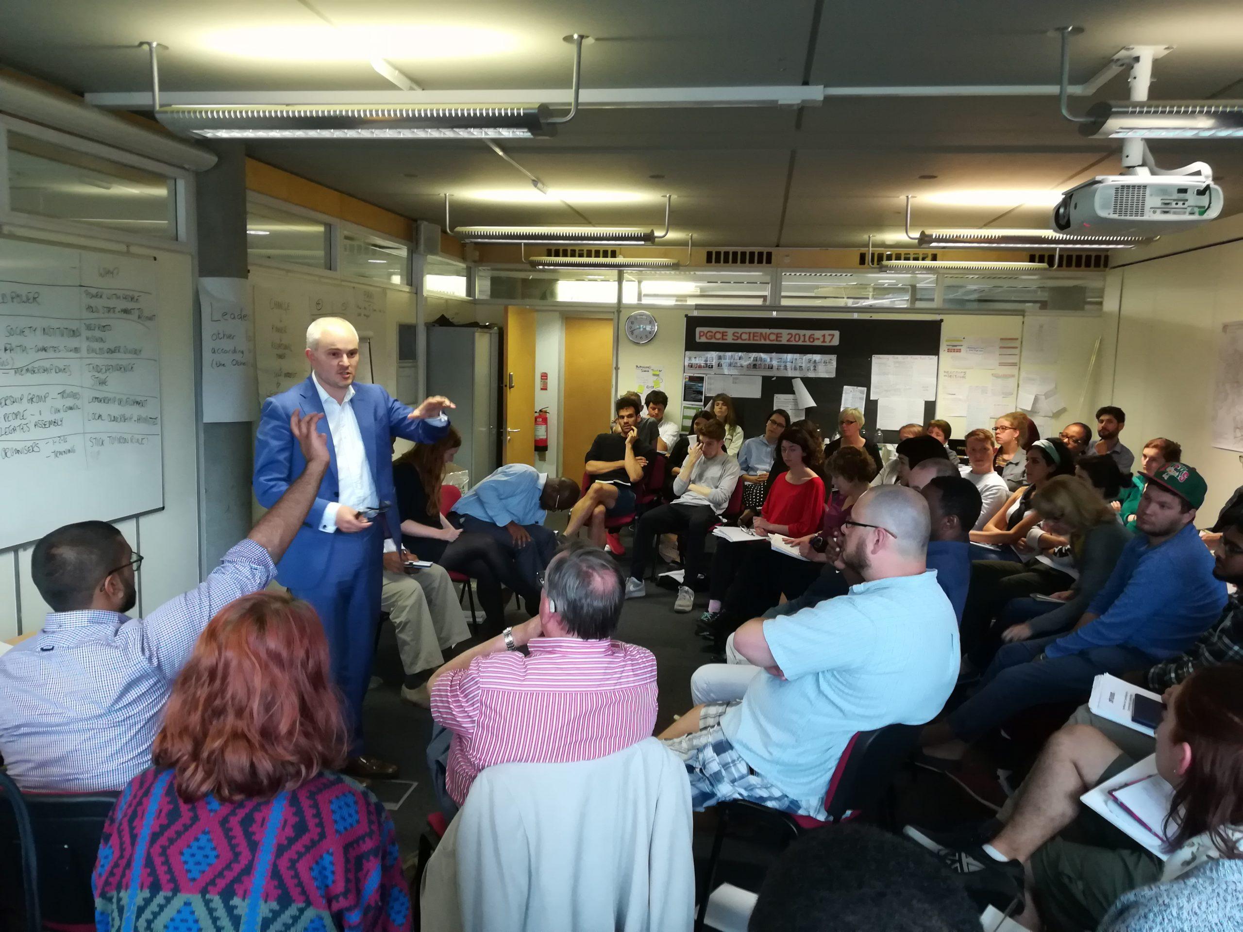 Community Organizer unterstützt Schlüsselpersonen der Zivilgesellschaft bei der Planung von Aktionen